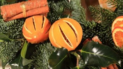 decorazioni-fai-da-te-albero-di-natale-arance-cannella-chiodi-garofano-5-640x426